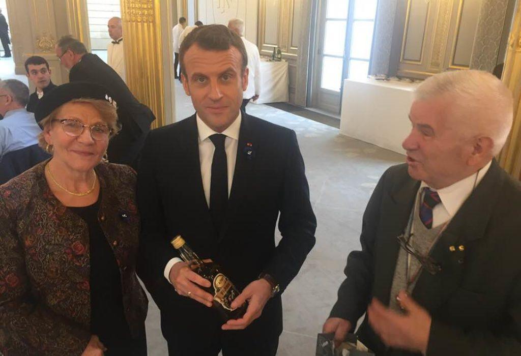 (FOTO)Srbi u Parizu poklonili Makronu srpsku rakiju