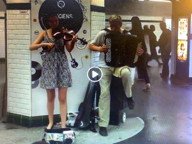 """(VIDEO)Svirač u pariskom metrou odsvirao """"najskuplju"""" srpsku pesmu"""