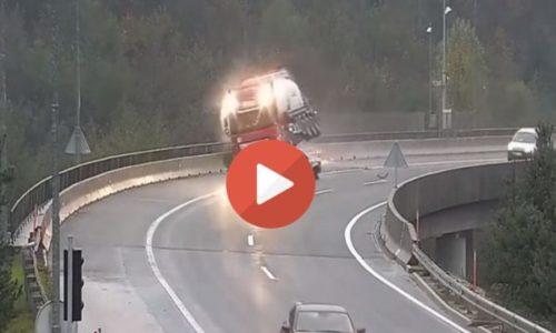 (VIDEO)Strašna nesreća. Kamion skliznuo sa puta