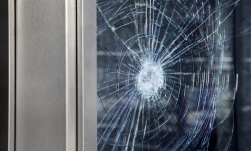 Ljutito udario u staklena vrata i zadobio smrtne povrede