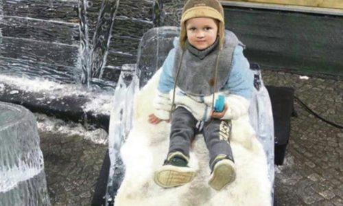 (FOTO)Užas. Dečaku iz Srbije pala ledena kućica Deda Mraza i ubila ga