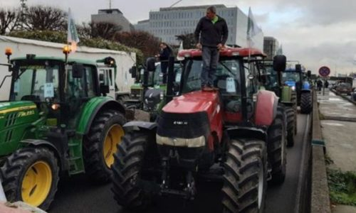 (VIDEO)Traktori blokirali Pariz. Iznervirani Srbin imao šta da im kaže