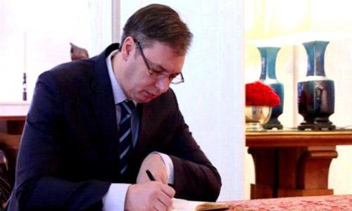 (FOTO)Predsednik Vučić napisao ručno poruku iz bolnice
