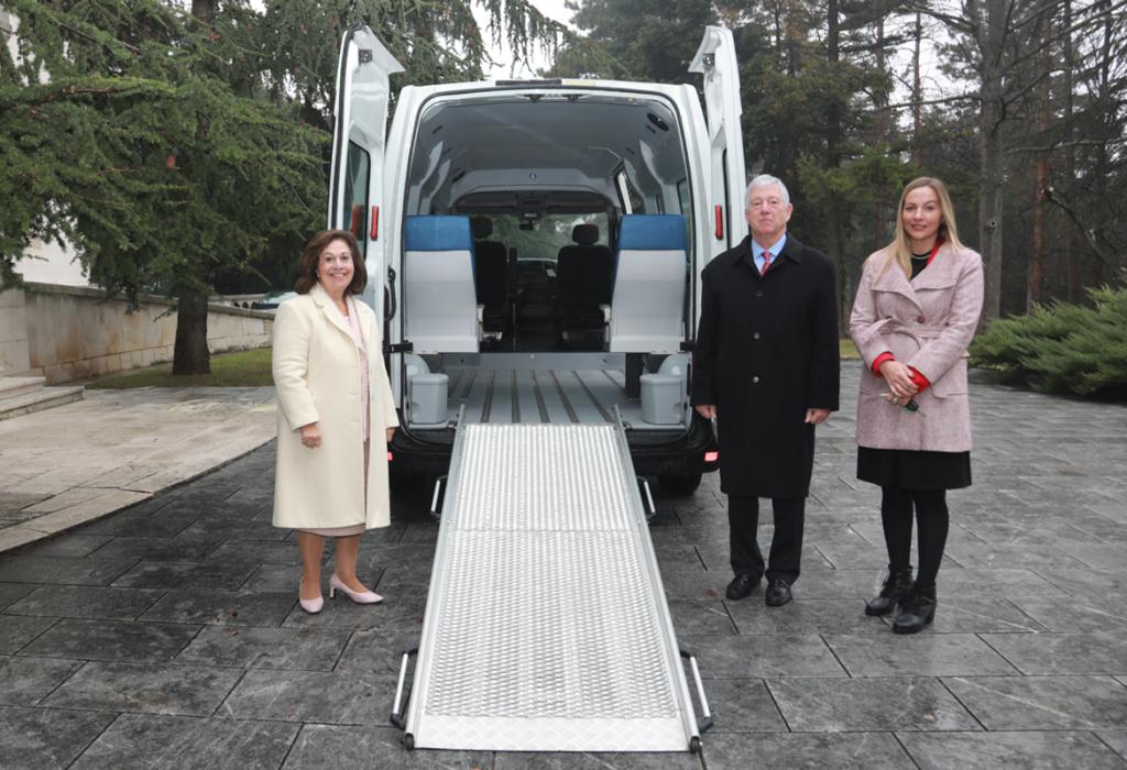 (photo)Le prince serbe offre un mini bus aux personnes handicapées