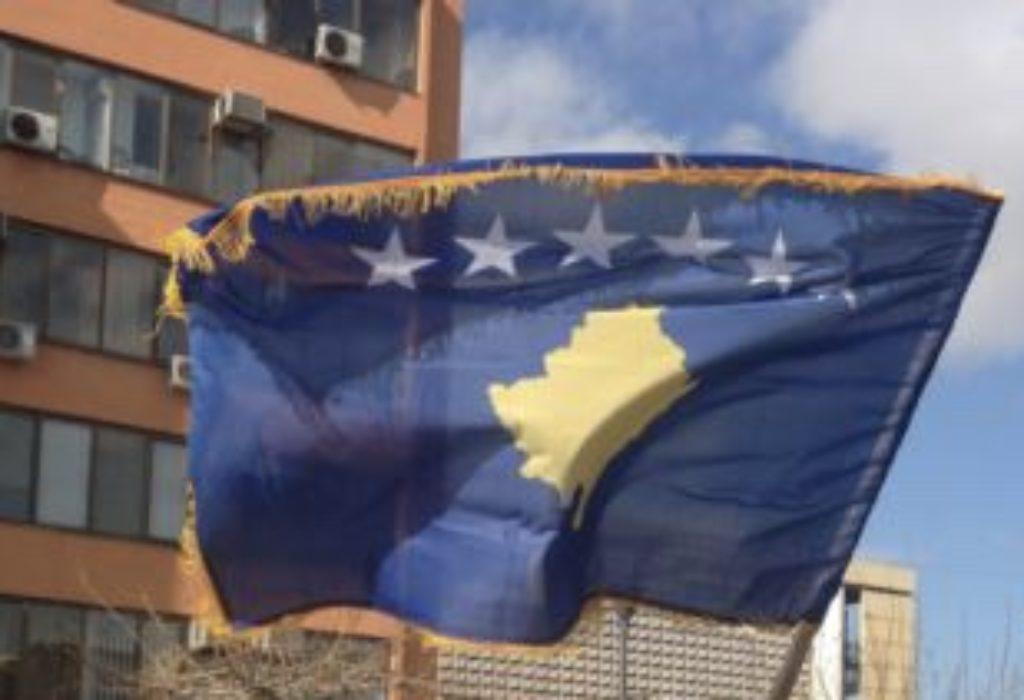 """Srbin u Gračanici oteo zastavu """"Kosova"""" sa čela svadbene kolone"""