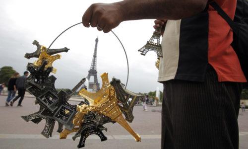 (VIDEO)Sukob policije i prodavaca privezaka kod Ajfelovog tornja