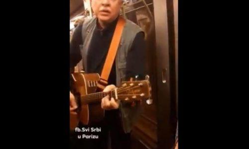 """(VIDEO)Čuo da se govori srpski, pa u prepunom metrou zapevao """"najskuplju srpsku pesmu"""""""