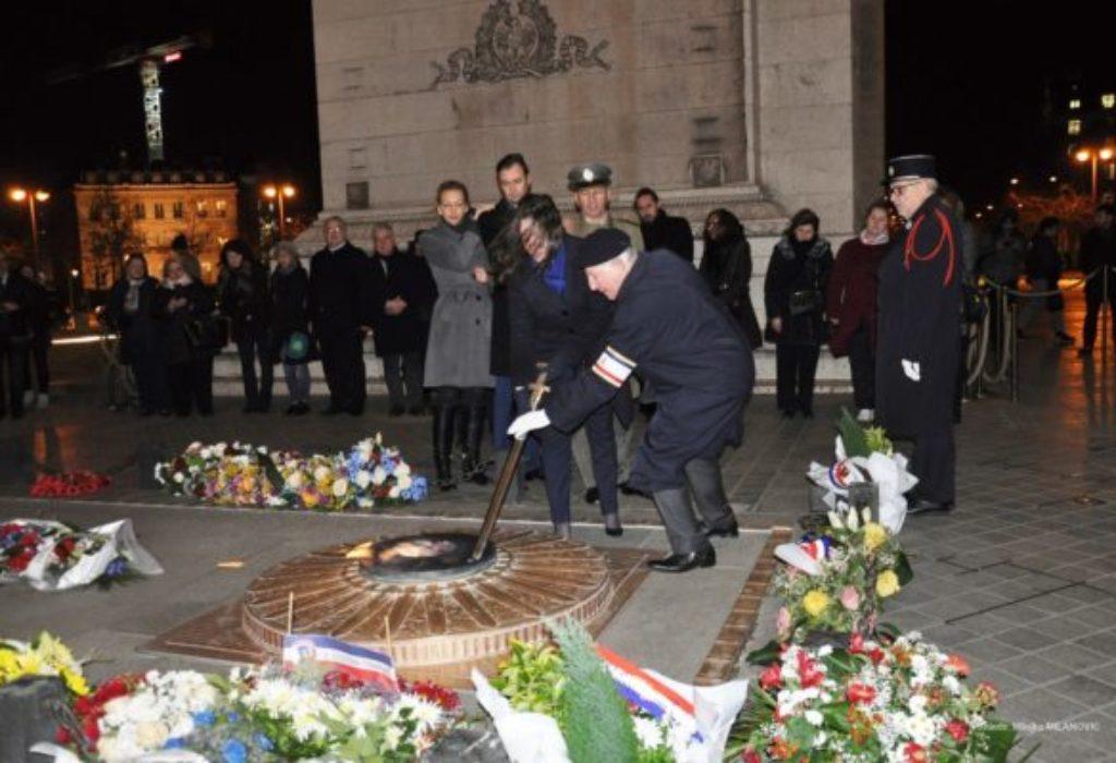 (FOTO)PARIZ : Ambasadorka Srbije raspalila večni plamen ispod Trijumfalne kapije