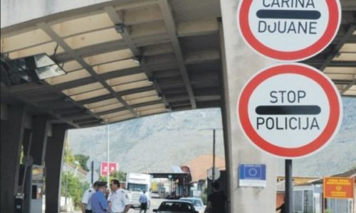 Migrant ubio policajca