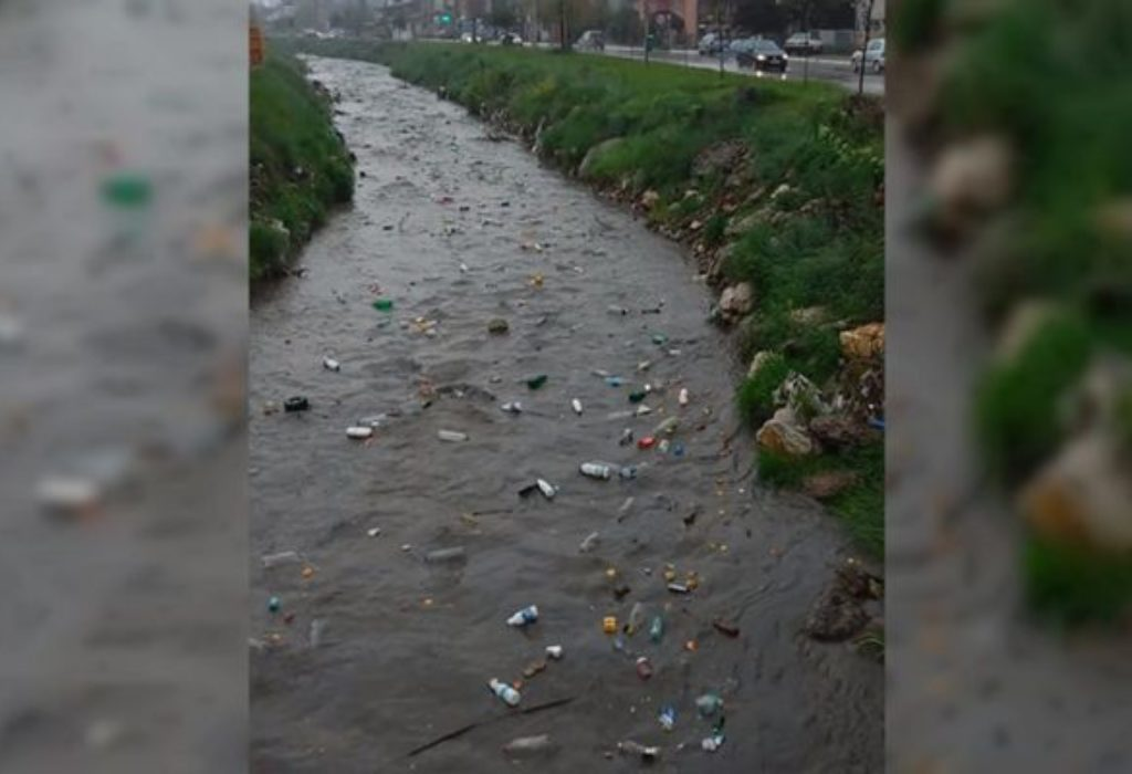 (VIDEO)Une rivière de Serbie envahie par les déchets