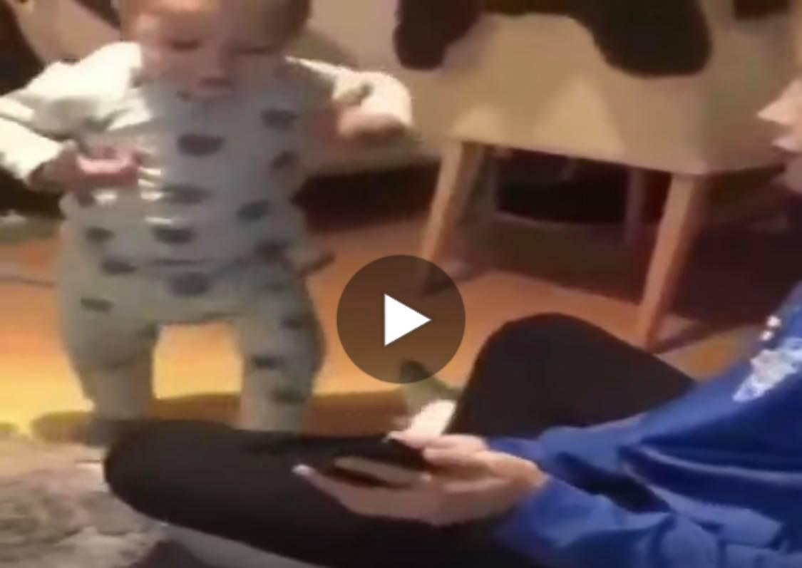 """(VIDEO)PRELEPO. Kad zasvira """"Užičko kolo"""" maleni padne u trans"""