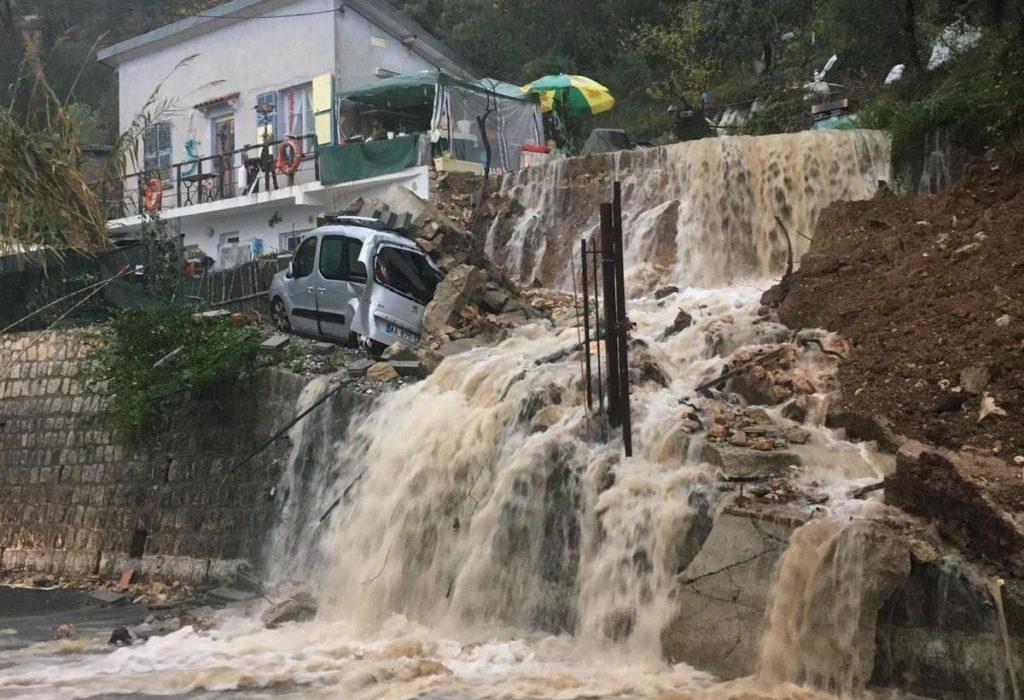 (VIDEO)UŽAS! Veliko nevreme na jugu Francuske. Divlja svinja gradskom ulicom pokušava da izbegne najgore