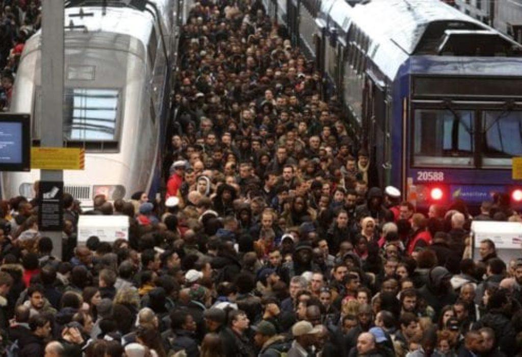(FOTO i VIDEO)Paralizovan PARIZ. Haos u metro-u. Ljudi kao sardine
