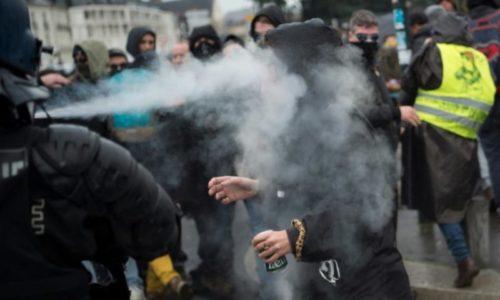 "(VIDEO)Pariz : Policija suzavcem na demonstrante pa se sama ""nagutala"""