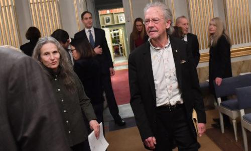Handke primio Nobelovu nagradu za književnost. Albanci, Turci i Hrvati bojkotovali dodelu
