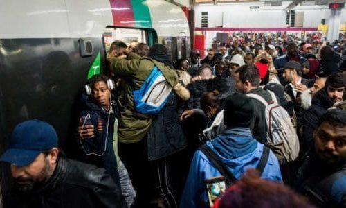 (VIDEO)PARIZ : Užas. Ogromne gužve. Ljudi nervozni. Za malo tuča pri ulasku u metro (voz)