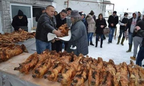 (VIDEO)Milan delio pečene prasiće siromašnim porodicama za Božić