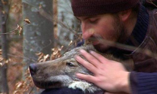 (VIDEO)Reportaža o monahu koji živi sa vukom