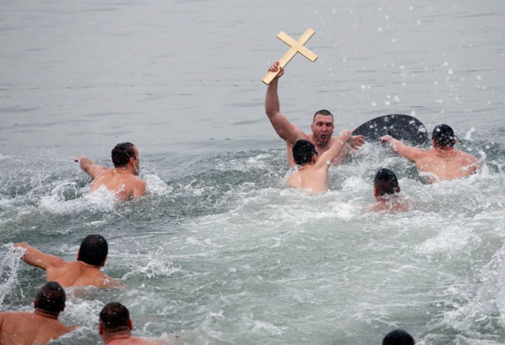 SJAJNO. PLIVANJE ZA «ČASNI KRST» I U NICI, NA JUGU FRANCUSKE, PO PRVI PUT