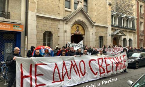 """(VIDEO,FOTO)""""NE DAMO SVETINJE"""". SRBI IZ PARIZA POSLALI SNAŽNU PORUKU SA PROTESTA"""