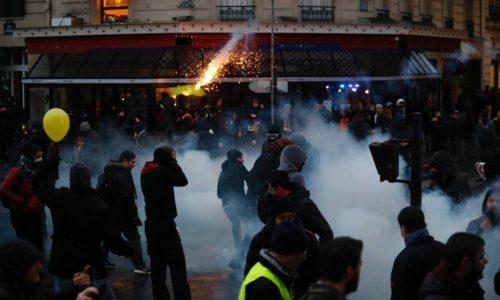 Pariz : Izašli u javnosti snimci nereda sa jučerašnjeg protesta i batinanje policije