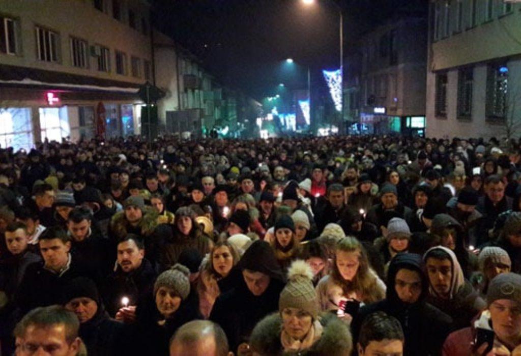 (VIDEO)Milov rođak pesnicom udario sveštenika. Sutra hitan sastanak Irineja i Vučića. Sve više ljudi na protestima