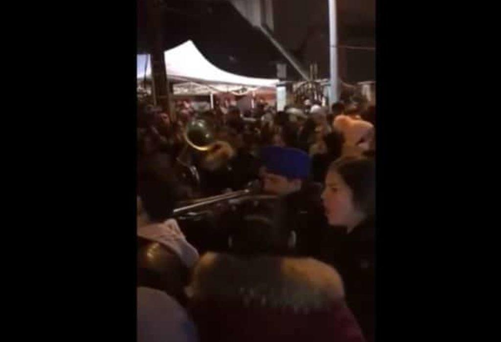 (VIDEO)Pariz : Trubači i masa ljudi na Badnje veče ispred Crkve Sveta Petka u Bondy