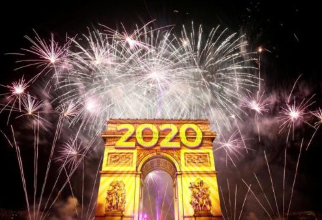 (VIDEO)PARIZ : Spektakularni vatromet za doček 2020.godine ispred 600000 ljudi