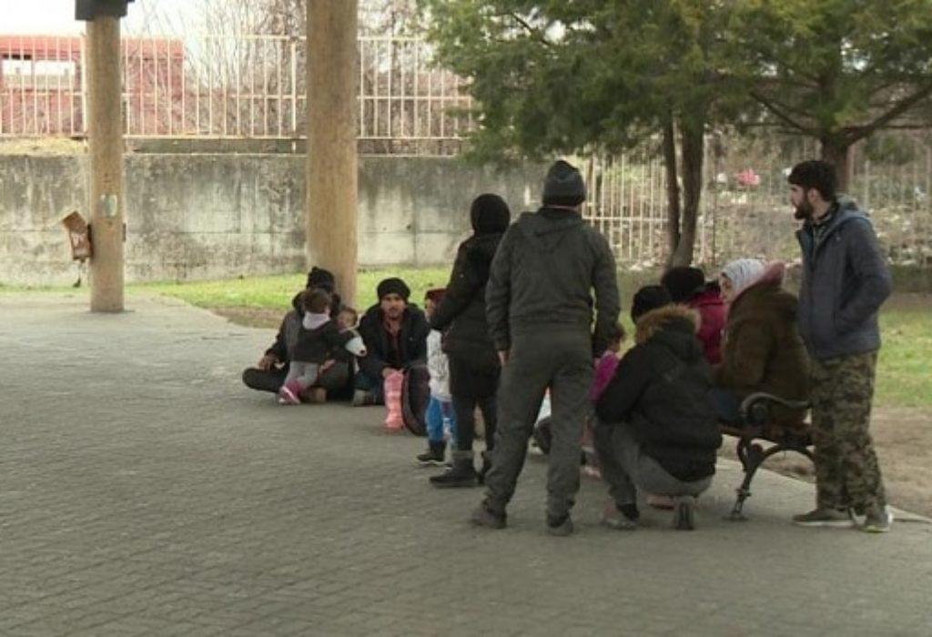 (VIDEO)Serbie : Les migrants bloqués à la frontière hongroise rentrent dans des maisons vides, ils allument un feu et ils dorment
