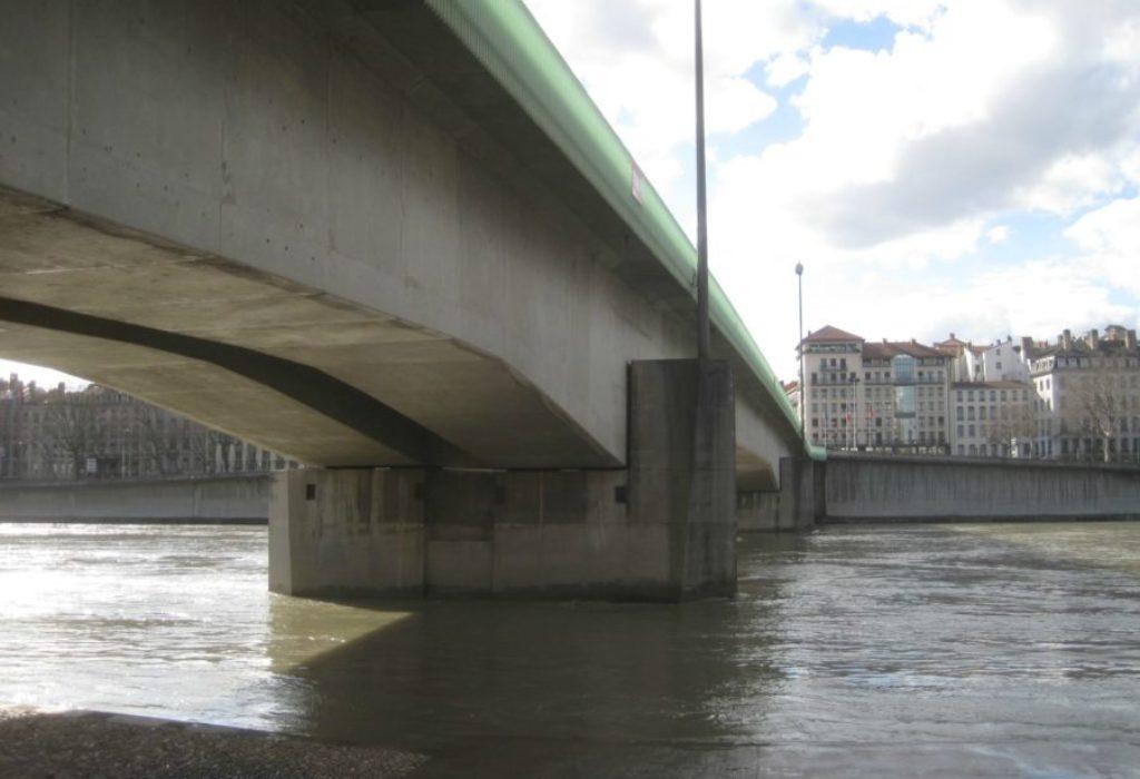 Francuska : UŽAS. Odbila da im da cigaretu pa je bacili u reku