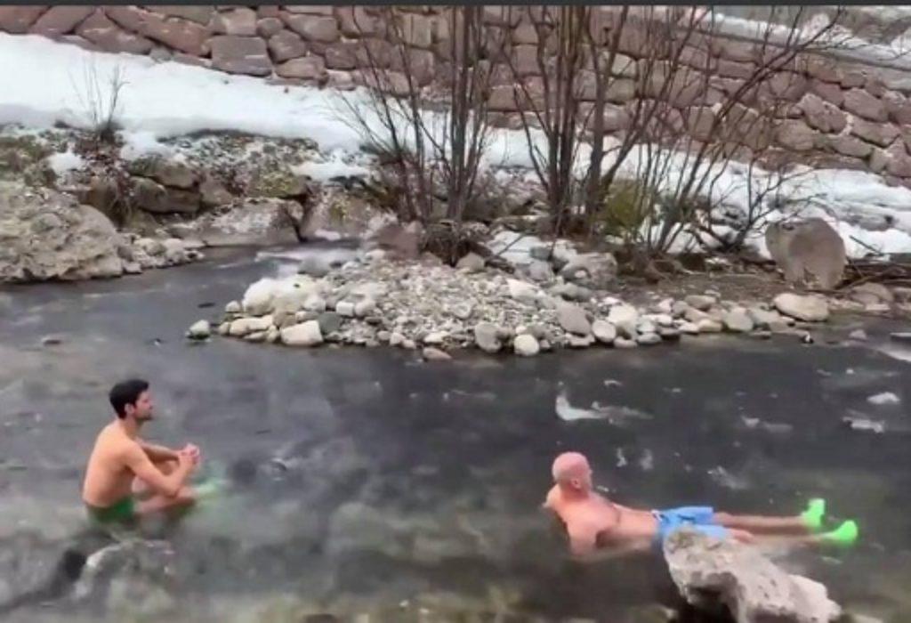 (VIDEO)Ceo svet bruji o Đokovićevom kupanju u ledenoj reci