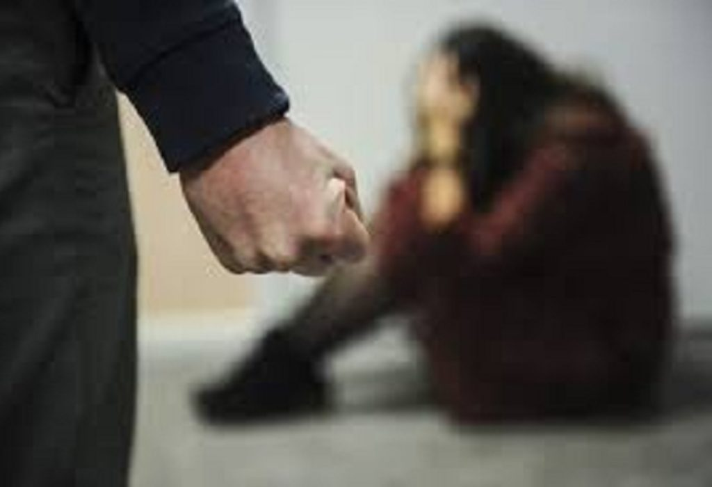 Pariz : Mučki polomio ruku svojoj ženi zbog SMS poruke