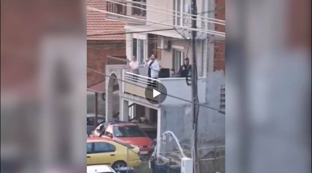 (VIDEO)Srbija : Koncert na balkonu za sve komšije. Originalno protiv Korone