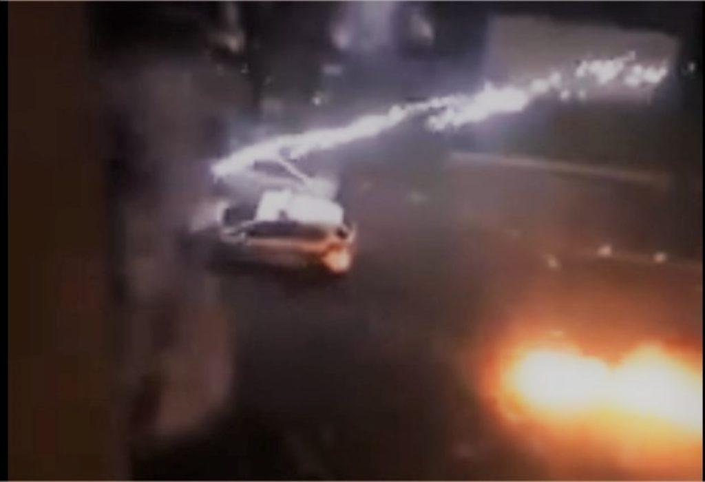 (VIDEO)Pariz : Stravičan napad na policiju u kvartovima gde se ne poštuje zabrana izlaska