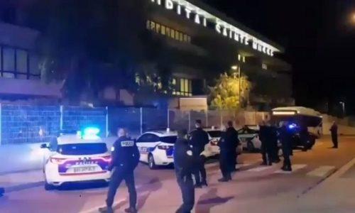 (VIDEO)SJAJNO. POLICIJAJCI ISPRED BOLNICE APLAUDIRAJU U ZNAK PODRŠKE
