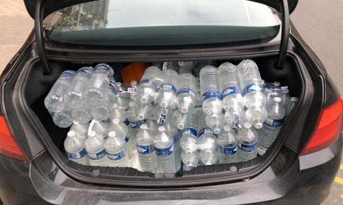 (VIDEO)Pariz : Dobri ljudi se utrkuju da odnesu hranu i vodu Srbima na aerodromu