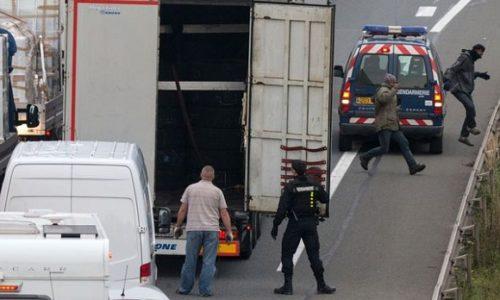 (VIDEO)Francuska : Užasne slike. Migranti kamenicama na kamione
