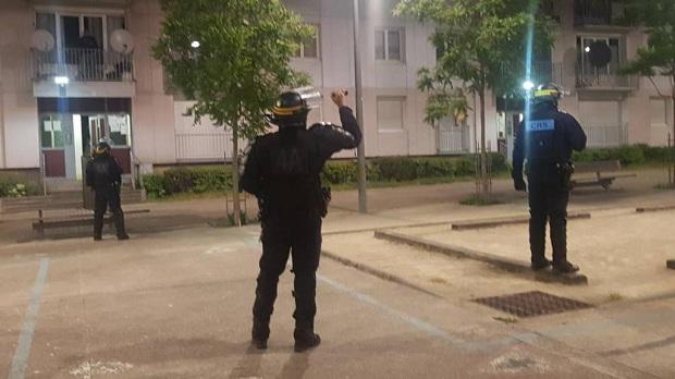 (VIDEO)Francuska : Policija dobija batine. Barikade u Grenoblu