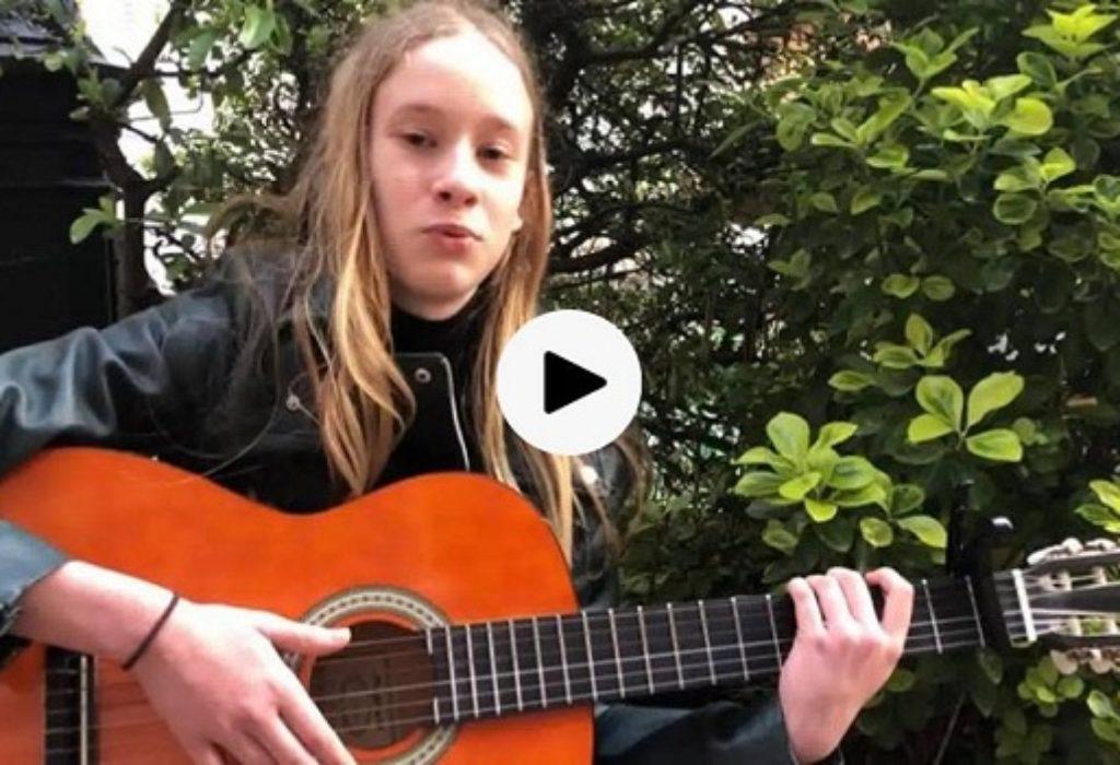 (VIDEO)Pariz : Srpska devojčica oduševila pesmom «Deda»
