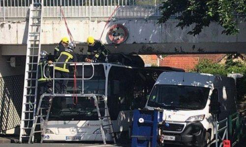 Pariz : Autobus se zaglavio ispod mosta zbog visine. Izbegnuta tragedija