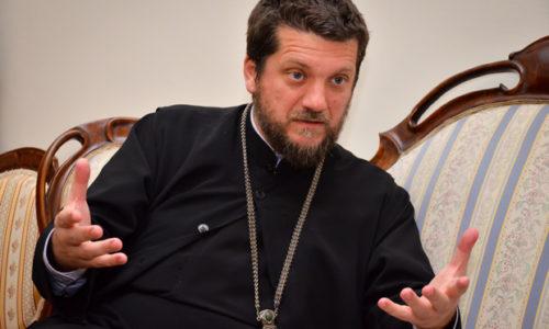 """(VIDEO)""""Au pope jel i ti mora nedeljom da radiš""""? Šaljiv događaj Oca Gojka Perovića"""