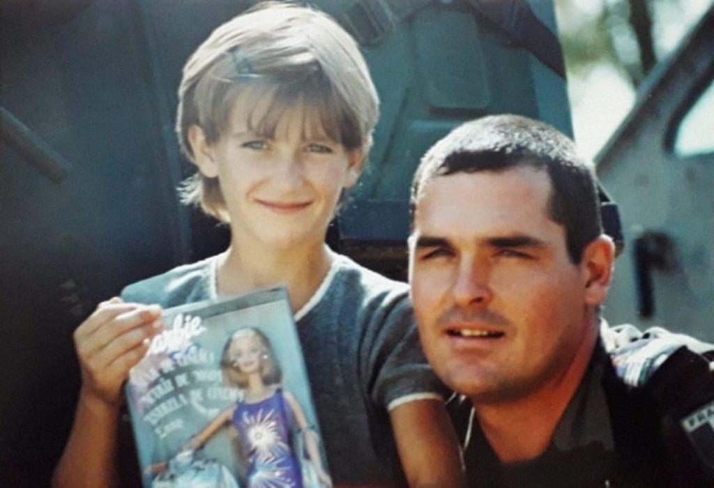 Un militaire français et une petite fille serbe du Kosovo et Métochie se retrouvent après 20 ans