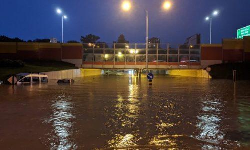 (PHOTO)SERBIE : L'IMAGE VUE DANS LE MONDE ENTIER. Belgrade inondé et EUX, ILS RIENT!