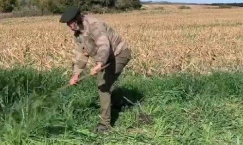 (VIDEO)Čovek koji zarađuje preko 30M€ godišnje, u polju kosi travu