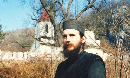À ce jour en 1999, le père Hariton a été sauvagement tué au Kosovo et Métochie. N'oublions jamais