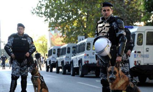 (VIDEO)La police au Montenegro jette une bombe lacrymogène dans une salle pendant l'entrainement des enfants