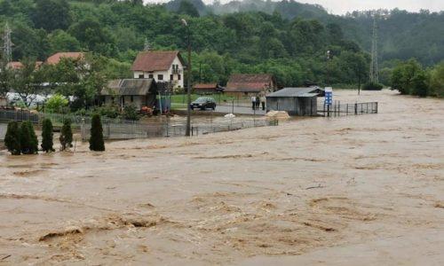 Des centaines de maisons dans l'ouest de la Serbie sous l'eau et les météorologues N'ONT PAS DE BONNES NOUVELLES(PHOTO, VIDEO)