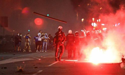 (VIDEO)Serbie : Jets de pierres, gaz lacrymogènes, véhicules de police en feu, des policiers et manifestants blessés
