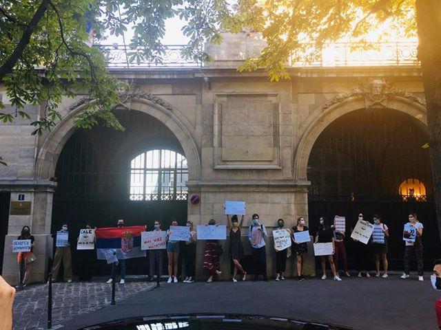 Pariz : Srpski studenti protestovali ispred rezidencije Ambasadora Srbije