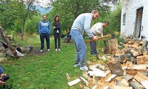 Serbie: Le fendage du bois comme thérapie anti-stress